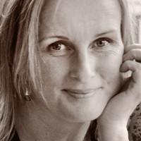 Ellen Stokland er leder for Comunicando.  Hun er den eneste nordmann med statsautorisasjon både som tolk og translatør i portugisisk.